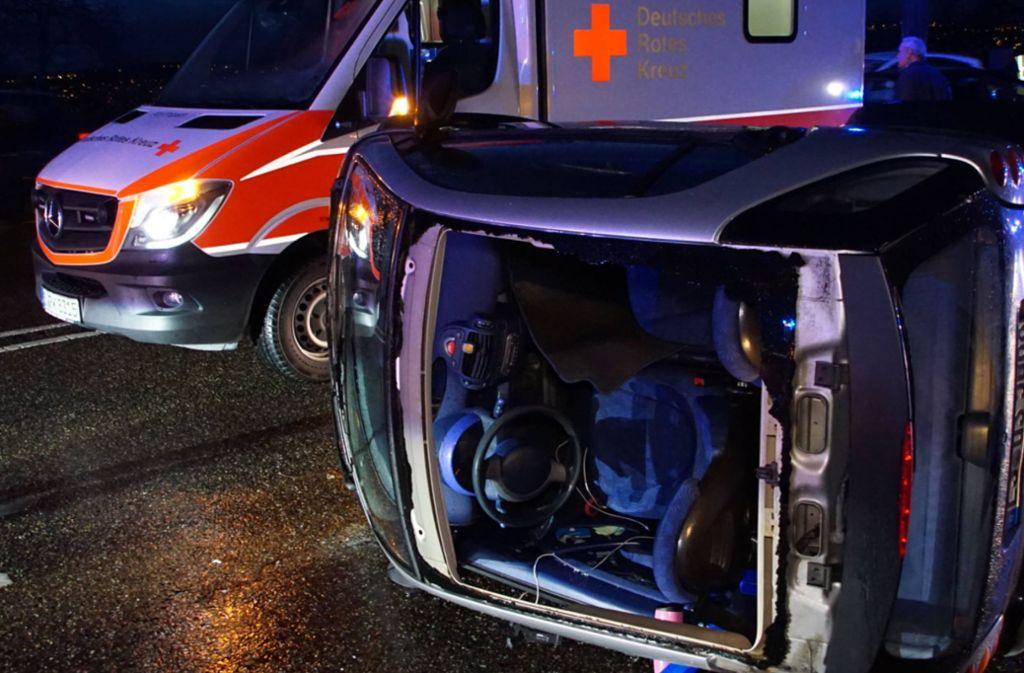 Der Smart war auf der neuen Weinsteige in Stuttgart ins Schlingern geraten. Die Frau am Steuer und ihre Beifahrerin verletzten sich bei dem Unfall leicht. Foto: 7aktuell.de/Andreas Werner