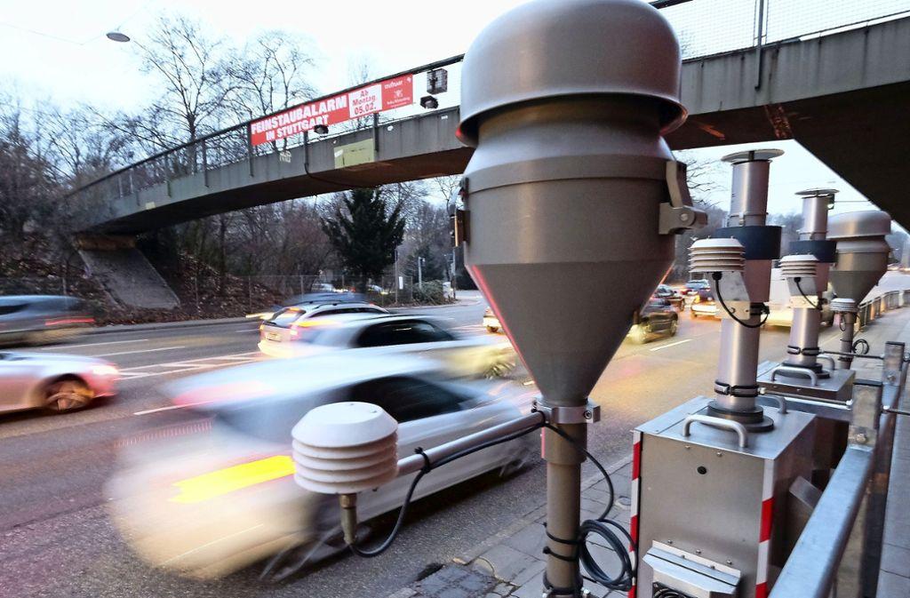 Rund um die Messstelle am Neckartor sollen weitere Anlagen aufgebaut werden. Sie könnten deutlich bessere Ergebnisse als die Dauermessstation erbringen . Foto: dpa