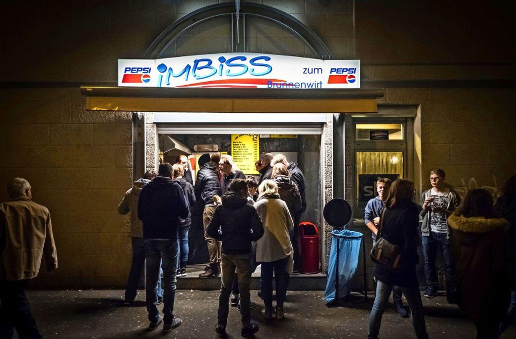 Wer nachts beim Ausgehen Hunger verspürt, stillt diesen in der Innenstadt gern mit einem deftigen Imbiss beim Brunnenwirt am Leonhardsplatz. Foto: Lichtgut/Achim Zweygarth