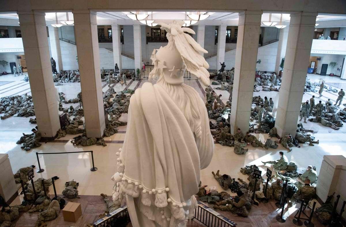 Bewacht von den Statuen des Kapitols ruhen diese Soldaten im Herzen der US-Demokratie. Foto: AFP/SAUL LOEB