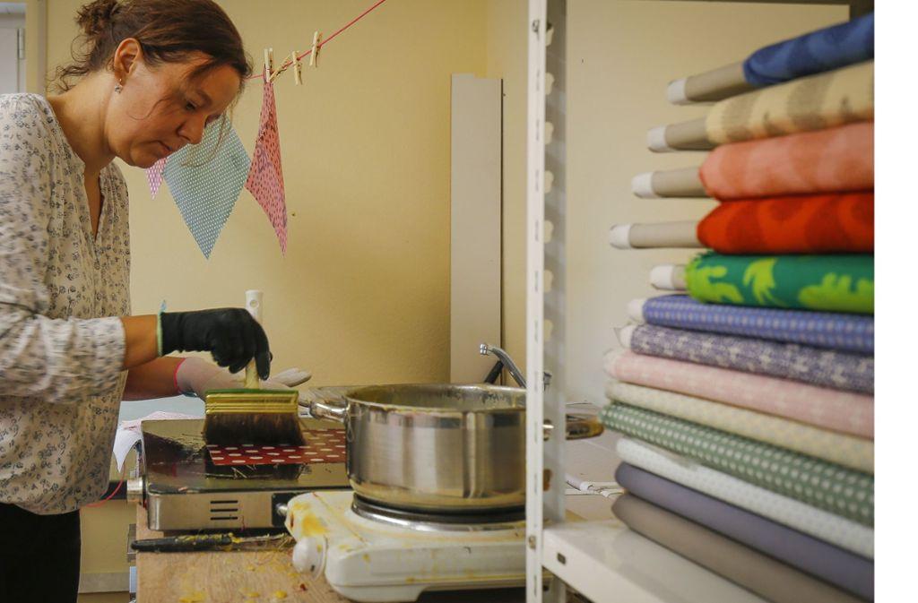 Von Hand gemacht: Susanne Golzheim produziert  Bienenwachstücher. Foto: factum/Granville