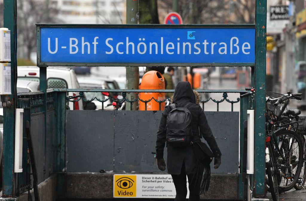 An der U-Bahnhaltestelle Schönleinstraße sollen die sieben Männer im Alter zwischen 16 und 21 Jahren den Obdachlosen versucht haben anzuzünden. Foto: dpa