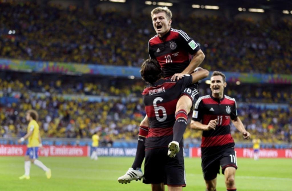 Abgeräumt: nach seinem zweiten Tor lässt sich  Toni Kroos von  Sami Khedira  und Miroslav Klose  feiern. Beim Halbfinale gegen Brasilien hat jeder im Team Topleistung gebracht, wie unsere Bilderstrecke zeigt. Foto: AP