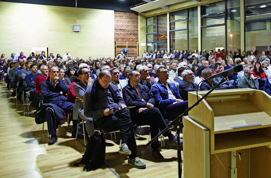 Gut 300 Bürger kamen zu einem Infoabend in die Gemeindehalle Rielingshausen. Foto: Frank Wewoda