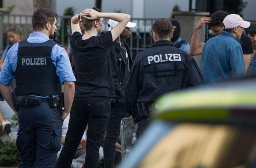 Dutzende Festnahmen nach Gewalt gegen Polizisten