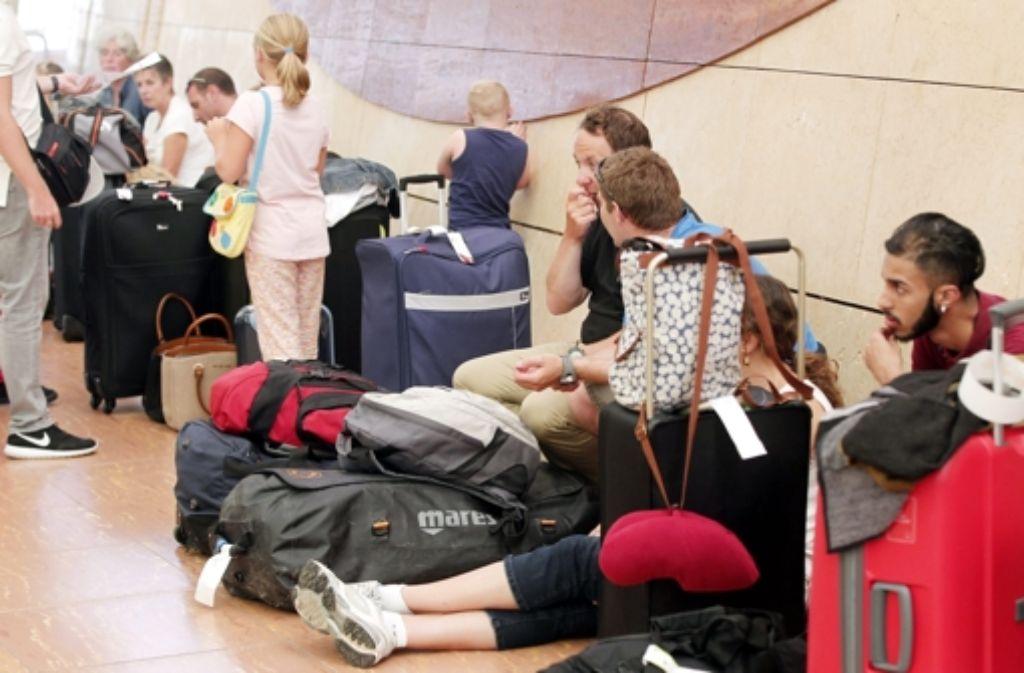 Touristen warten am Sharm el-Scheich Flughafen – viele sitzen nach dem Absturz der russischen Maschine, woraufhin einige Fluglinien die Flüge vor Ort cancelten, fest. Foto: dpa