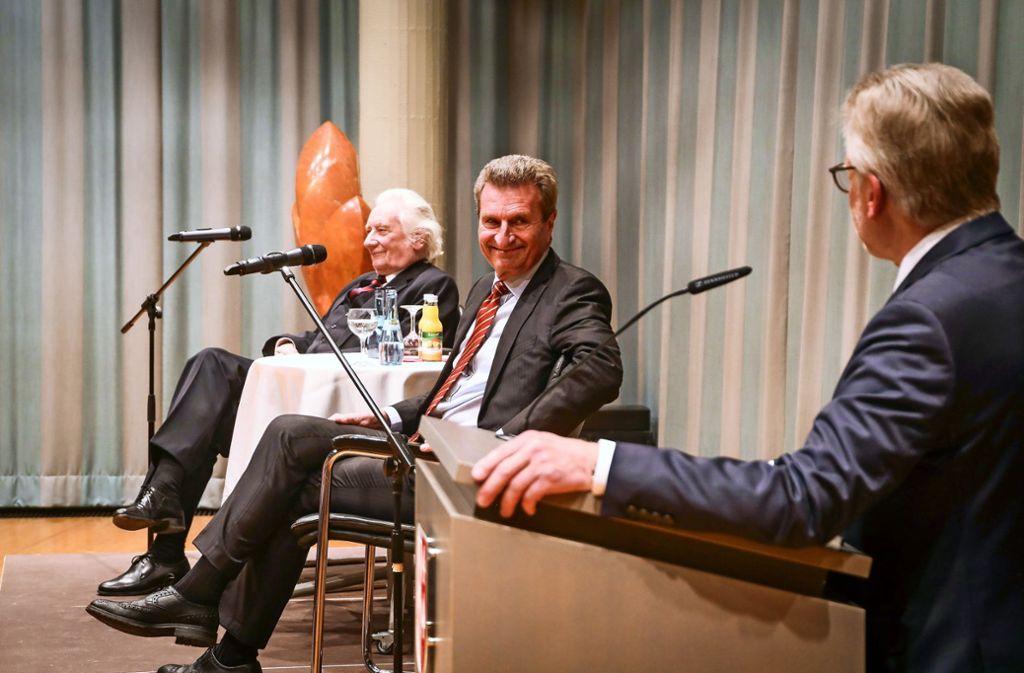 Dieter Schnabel, Günther Oettinger und  Michael Makurath (von links) im Ditzinger Bürgersaal Foto: factum/Simon Granville