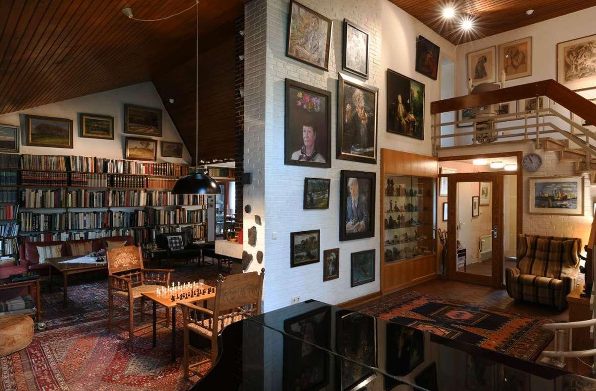 Ein Blick in das Wohnzimmer über den Schachtisch. Noch mehr Fotos finden Sie in unserer Bildergalerie. Foto: Michael Zapf/Michael Zapf