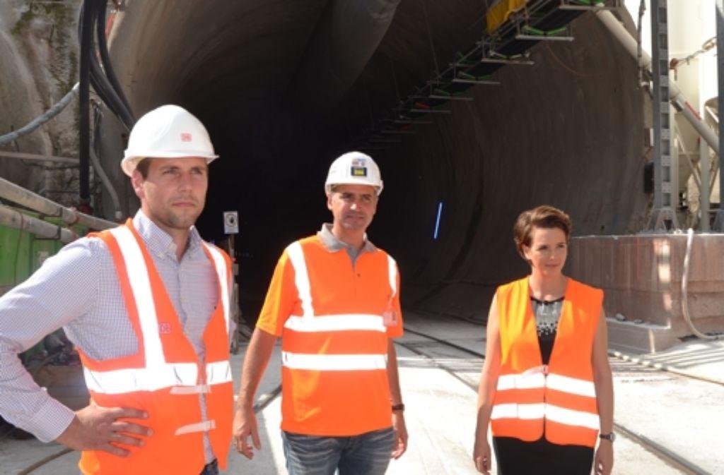 Tülay Schmid lässt sich von Thomas Berner(l.,   Bahn) und Robert Pechhacker (Baufirma) über den Stand der Arbeiten am Fildertunnel, dessen Patin sie ist, informieren. Foto: StZ
