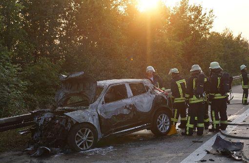 Auto brennt auf Autobahn komplett aus