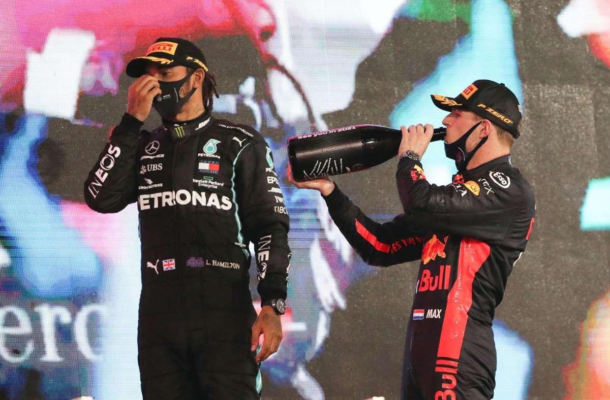 Max Verstappen (re.) in Feierlaune: Der Niederländer konnte 2020 den Mercedes um Lewis Hamilton weitestgehend als Einziger gefährlich werden. In Abu Dhabi schlug der 23 Jahre alte Red-Bull-Pilot  beide Stern-Fahrer. Foto: dpa/Kamran Jebreili