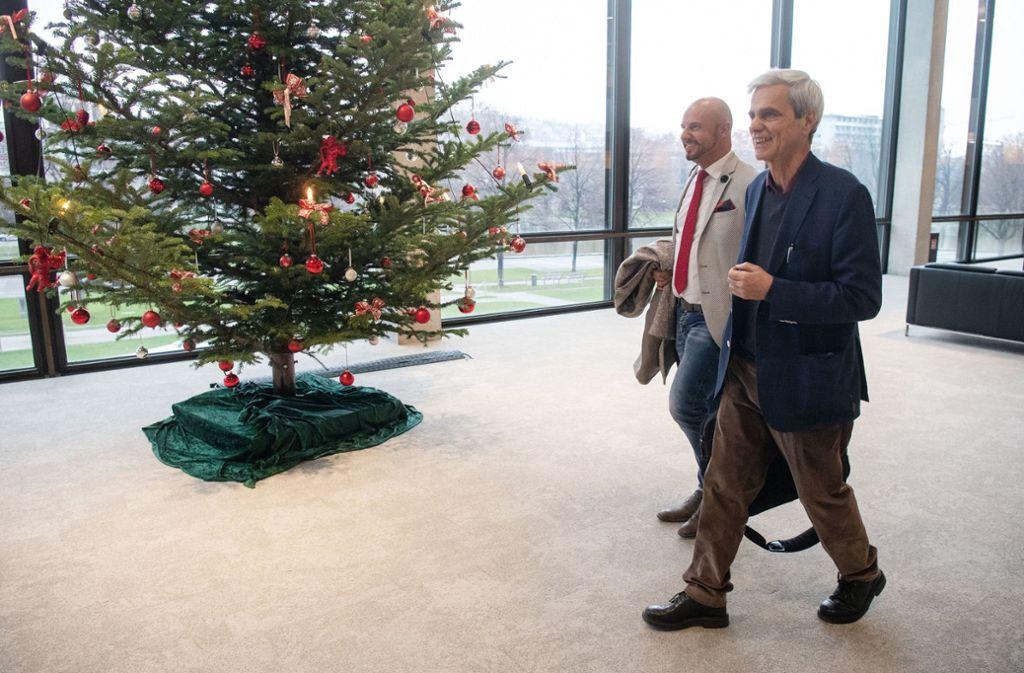 Was für ein Spaß in vorweihnachtlicher Zeit: Die AfD-Politiker Stefan Räpple (links) und Wolfgang Gedeon nach ihrem Rauswurf aus dem Plenarsaal des Landtags. Foto: dpa