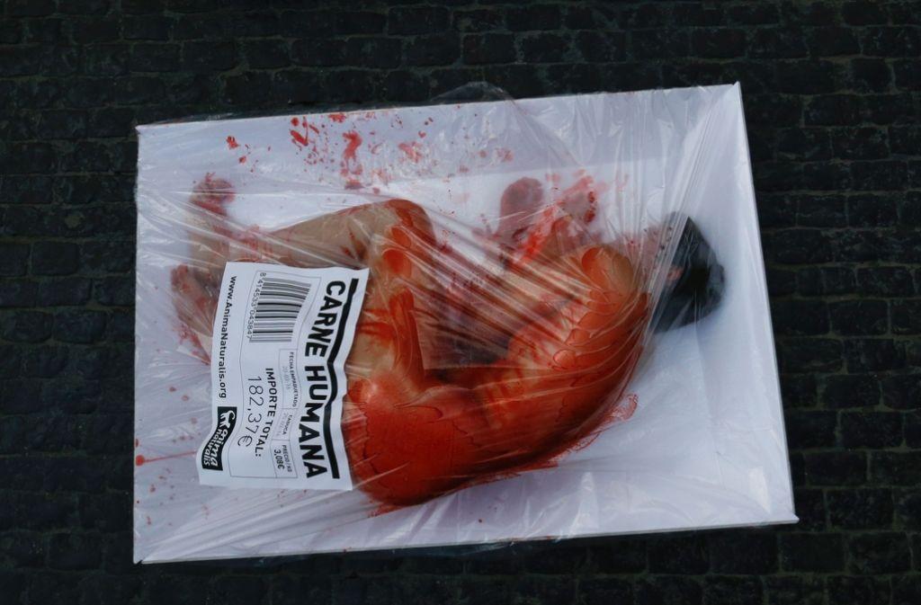"""Die Aufkleber auf den Verpackungen preisen """"Menschenfleisch"""" an. Foto: AFP"""