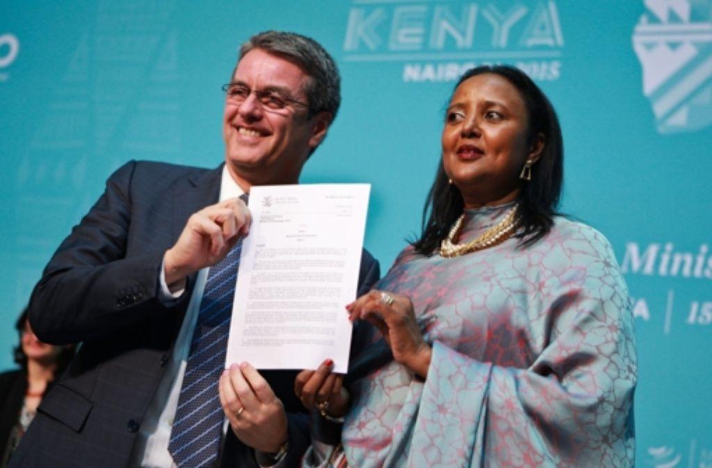 Der WTO-Generaldirektor  Roberto Azevedo und Kenias Außenministerin  Amina Mohamed präsentieren eine Erklärung der kenianischen Regierung nach dem Ende der zehnten Verhandlungsrunde der Welthandelsorganisation. Foto: EPA