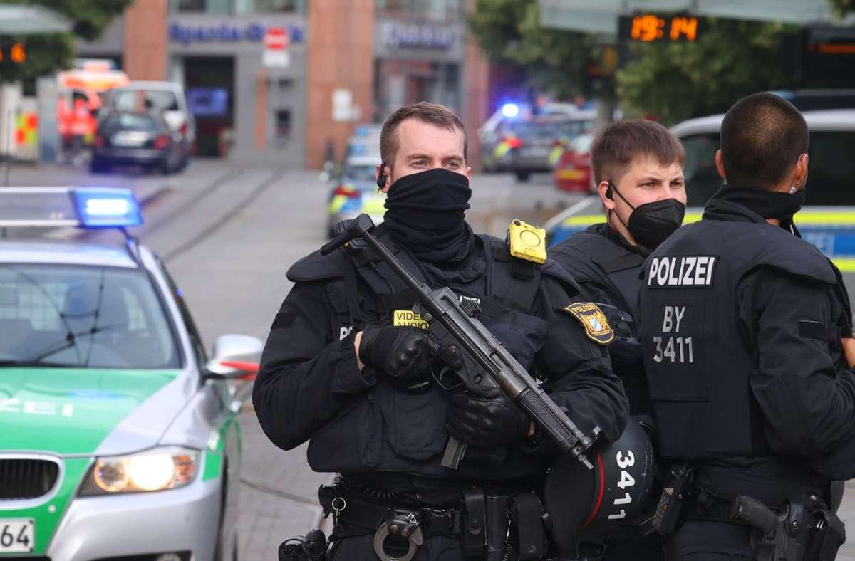 Polizisten sichern die Würzburger Innenstadt ab. Foto: dpa