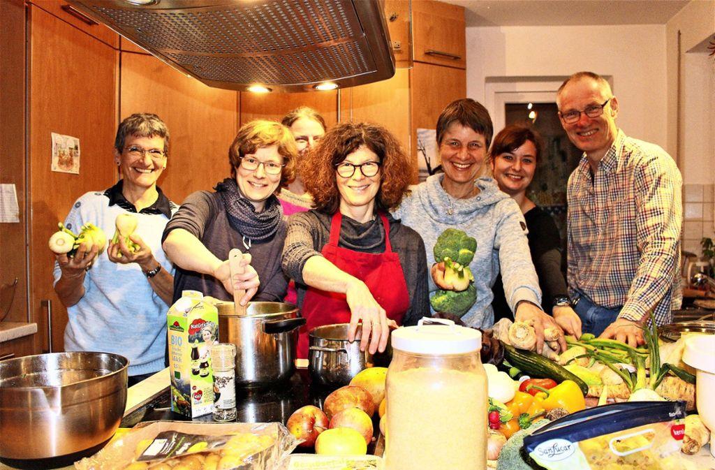 Von wegen, viele Köche verderben den Brei: Obwohl sich manche der  Foodsharer vorher nicht kannten,  bereiteten sie  gemeinsam  ein leckeres  Mahl zu. Foto: Caroline Holowiecki