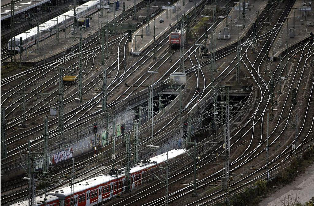 An die rechte der beiden Tunnelrampen soll sich der neue S-Bahntunnel anschließen. Dafür muss in das Gleisgewirr eingegriffen werden. Foto: Archiv Kraufmann/Piechowski