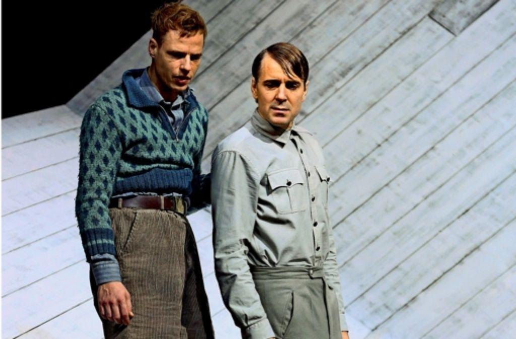 Der junge Siggi Jepsen  (Jörg Pohl, links) wird seinem Vater Jens Ole Jepsen (Jens Harzer) durch dessen blinde Pflichterfüllung entfremdet. Foto: dpa