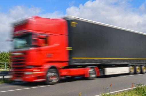 Lastwagen verliert Ladung auf B27