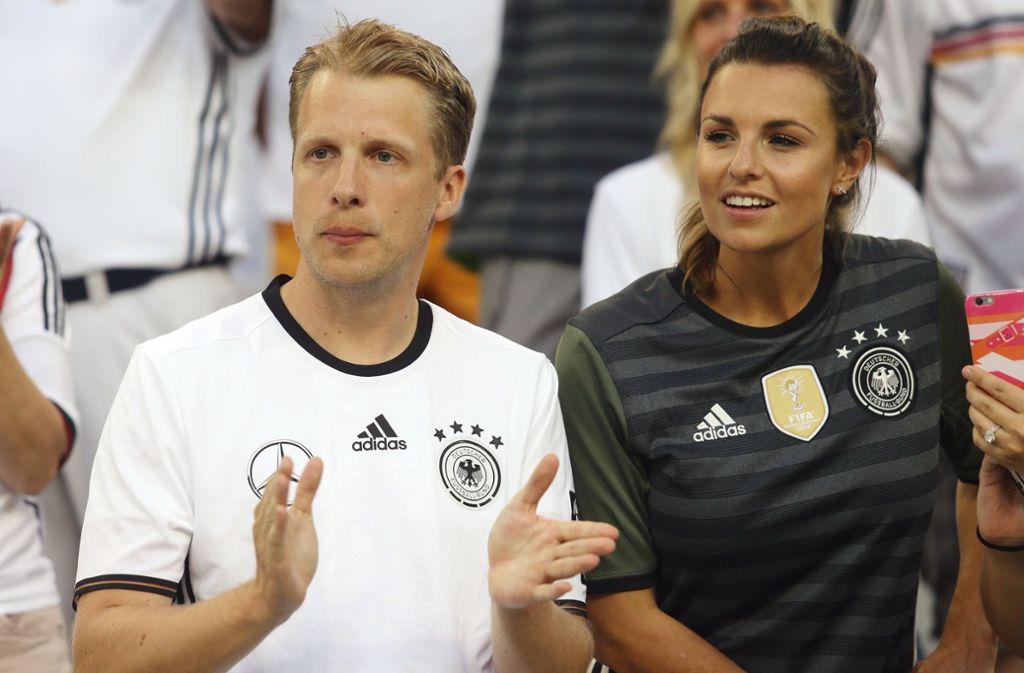 """Oliver Pocher (hier an der Seite von TV-Moderatorin Laura Wontorra) sorgte mit seinem Song """"Schwarz und Weiß"""" jahrelang für die Tormusik bei Spielen des DFB-Teams. Foto: Pressefoto Baumann"""