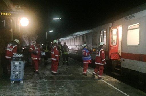 Die Fahrgäste des IC  wurden nachts von Helfern der Bahn und des Roten Kreuzes mit Getränken und Mahlzeiten versorgt. Foto: dpa