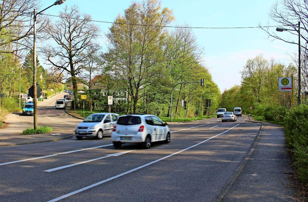 die Bauplanung beginnt auf dieser Höhe und geht Richtung Plieningen. Links zweigt die Straße Am Eichenhain nach Sillenbuch ab, sie wird auch gesperrt sein. Foto: Holowiecki