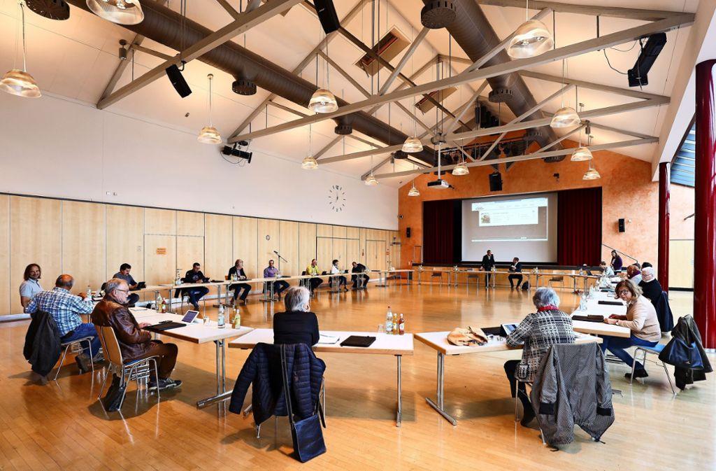 Der Gemeinderat tagte nicht im Rathaus – sondern wegen der Corona-Regeln mit sehr großem Abstand in der Gemeinschaftshalle. Foto: factum/Simon Granville