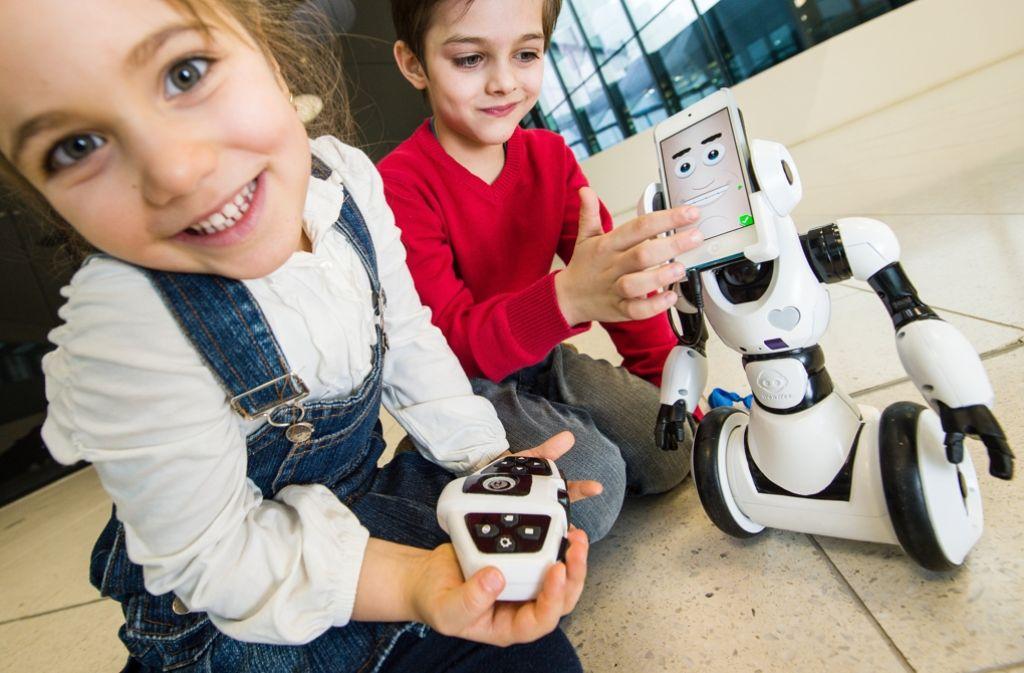 Beim SmartphoneRoboter RoboMe können Kinder schlechte Laune einfach wegwischen. Bei Mama und Papa funktioniert das nicht. Foto: dpa