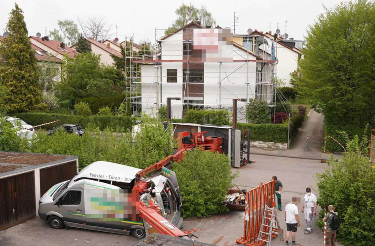 Ein umgekippter Kran  hat in Stuttgart-Plieningen hohen Schaden verursacht. Foto: Andreas Rosar/Fotoagentur