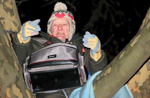 Der 86-jährige Gerald Rollet verbrachte die Nacht zum Montag in der Krone einer Platane im Stuttgarter Schlossgarten - bei 13 Grad unter Null. Foto: Petra Weiberg