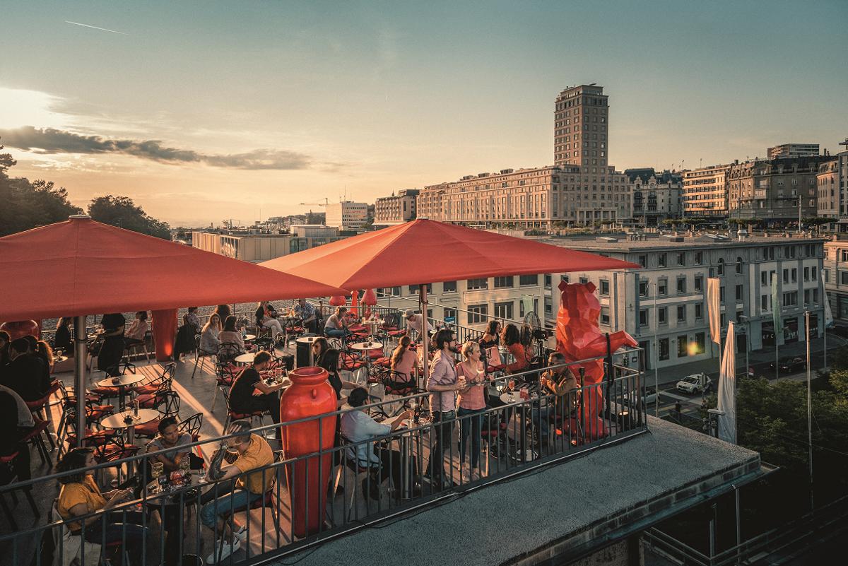 Was für ein sommerleichtes Lebensgefühl: Die Altstadt von Lausanne bei einem Rooftop-Dinner genießen. Foto: Schweiz Tourismus - Giglio Pasqua