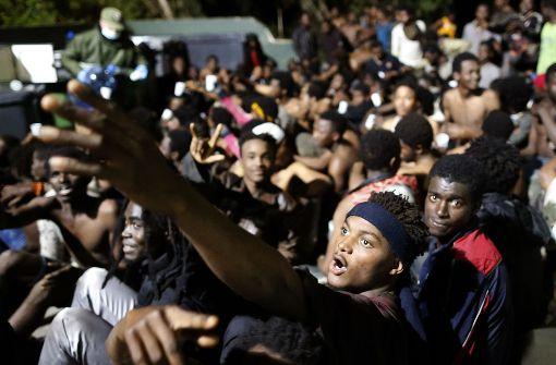 Hunderte Flüchtlinge stürmen sechs Meter hohe Absperrung