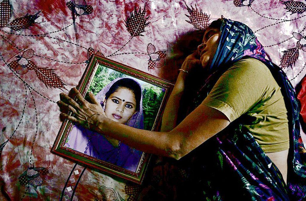 """Ein Bild   der Plakatausstellung """"The Life and Struggle of Garment Workers"""", das  das Leid der Näherinnen dokumentiert Foto: Foto: www.taslimaakhter.com"""