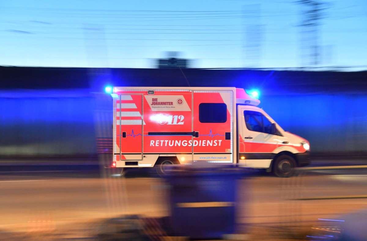 Ein Rettungswagen brachte die Frau mit leichten Verletzungen ins Krankenhaus. (Symbolfoto) Foto: picture alliance/dpa/Boris Roessler