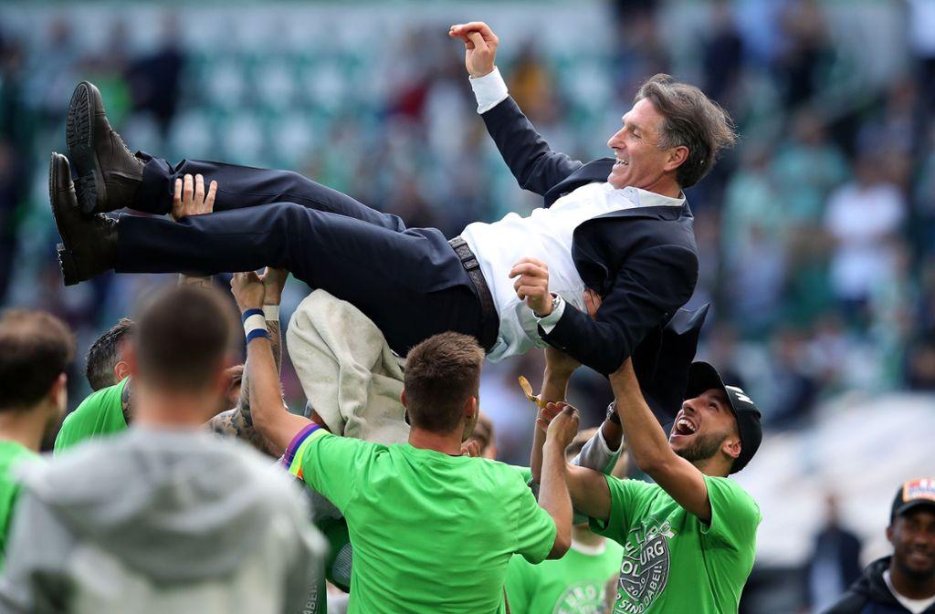 Spieler des VfL Wolfsburg feiern nach dem Spiel gegen Augsburg ihren Trainer Bruno Labbadia. Foto: Bongarts/Getty Images