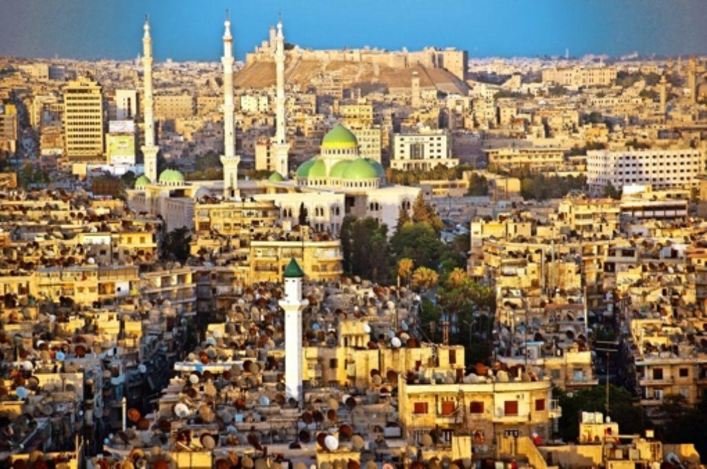 Aleppo 2010 und 2016: Wo einst das Lebens unter der Zitadelle blühte (oben), liegen heute  ganze Stadtviertel wie Hanano in Trümmern. Foto: dpa, Mauritius, Iris Mostegel