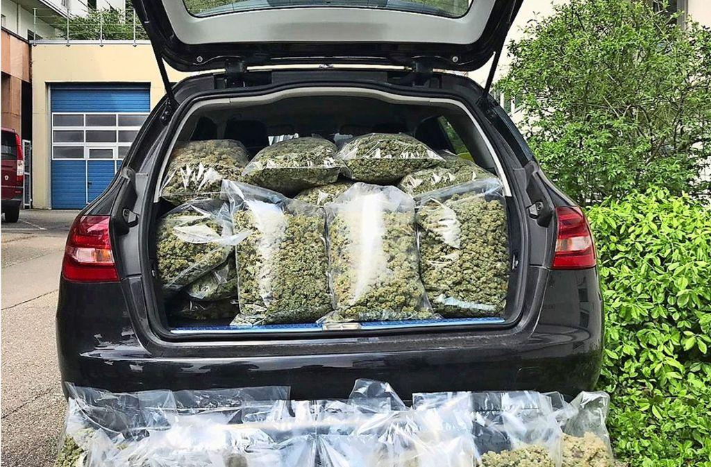 Beim Abtransport der Drogen wurde  es im Polizeiwagen eng. Foto: Facebook Polizei Stuttgart