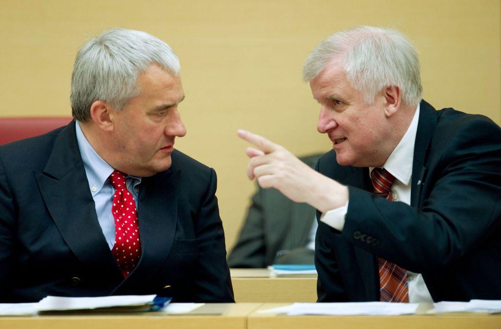 Klare Ansage des Ministerpräsidenten:  Horst Seehofer (rechts) ist unzufrieden mit seinem Kultusminister  Ludwig Spaenle. Foto: dpa