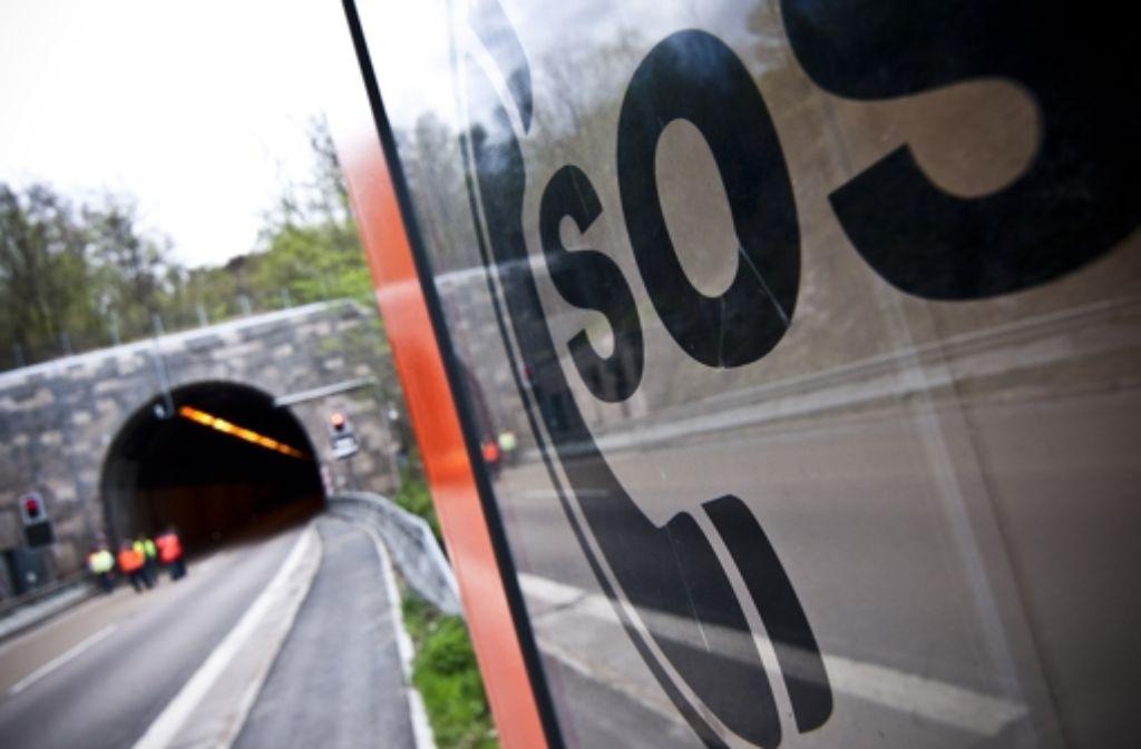 Die meisten Autofahrer kennen die Botschaft: der Lämmerbuckeltunnel auf der A8 ist wieder einmal gesperrt. Foto: