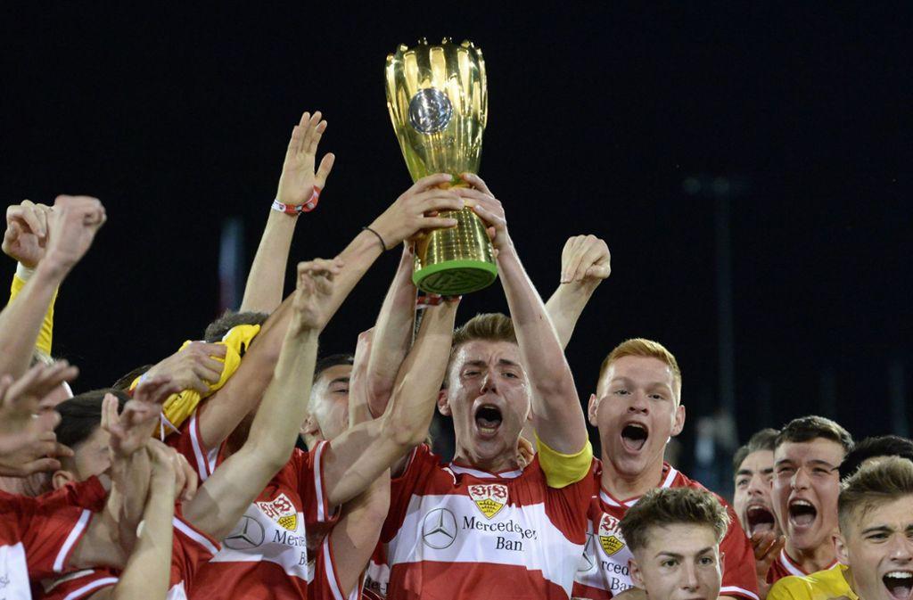 Die A-Junioren des VfB Stuttgart hatten zuletzt als Pokalsieger allen Grund zur Freude. Doch der Übergang in den Profibereich bleibt für die Talente schwierig. Foto: dpa/Jan Kuppert