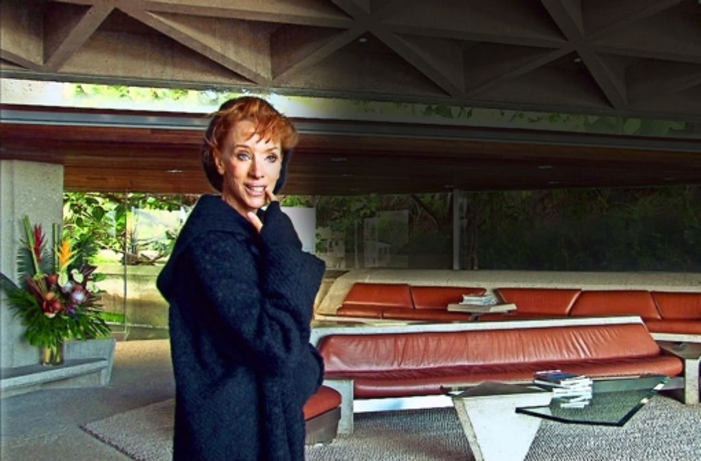 Die Autorin als Fan schöner Architektur:  Sibylle Berg in der Goldstein-Residence  in Los Angeles Foto:Böller und Brot Foto: