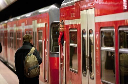 Ein unbekannter Mann hat am Montag in einer S-Bahn der Linie S1 eine junge Frau gewaltsam von ihrem Sitzplatz vertrieben. Foto: Stuttgarter Zeitung online