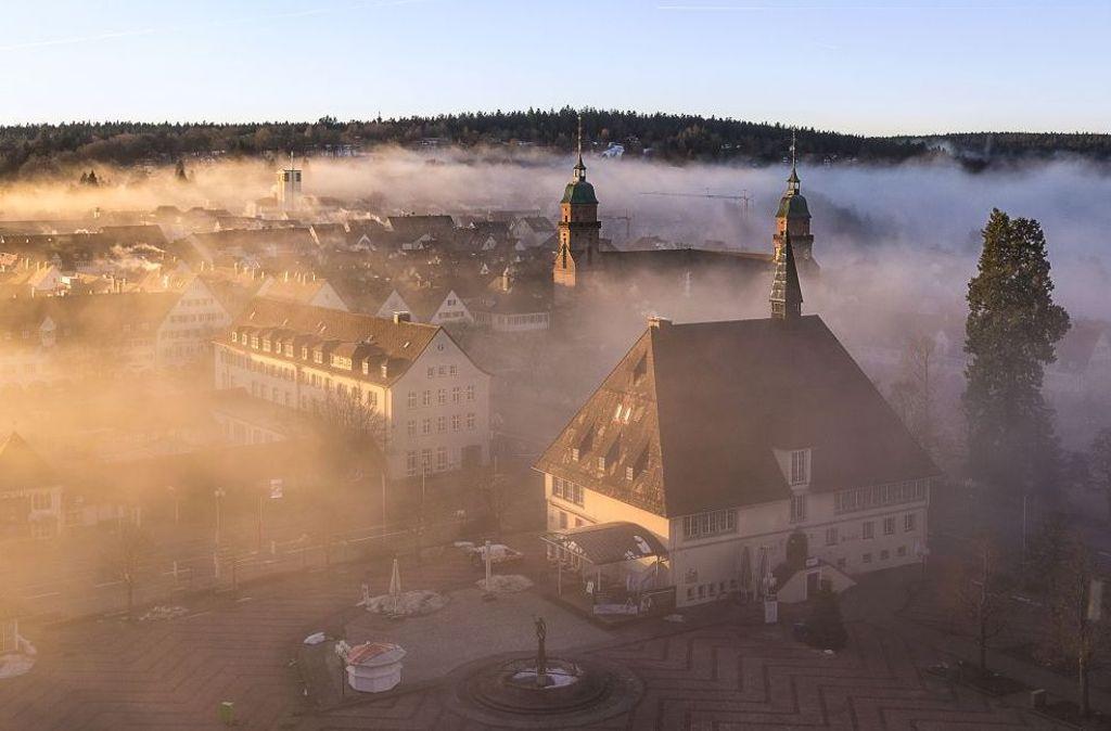 Der winterliche Marktplatz im Nebel des Morgens  Foto: Freudenstadt Tourismus