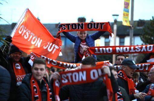 Blackpool-Fan klettert aus Protest auf Mannschaftsbus des FC Arsenal
