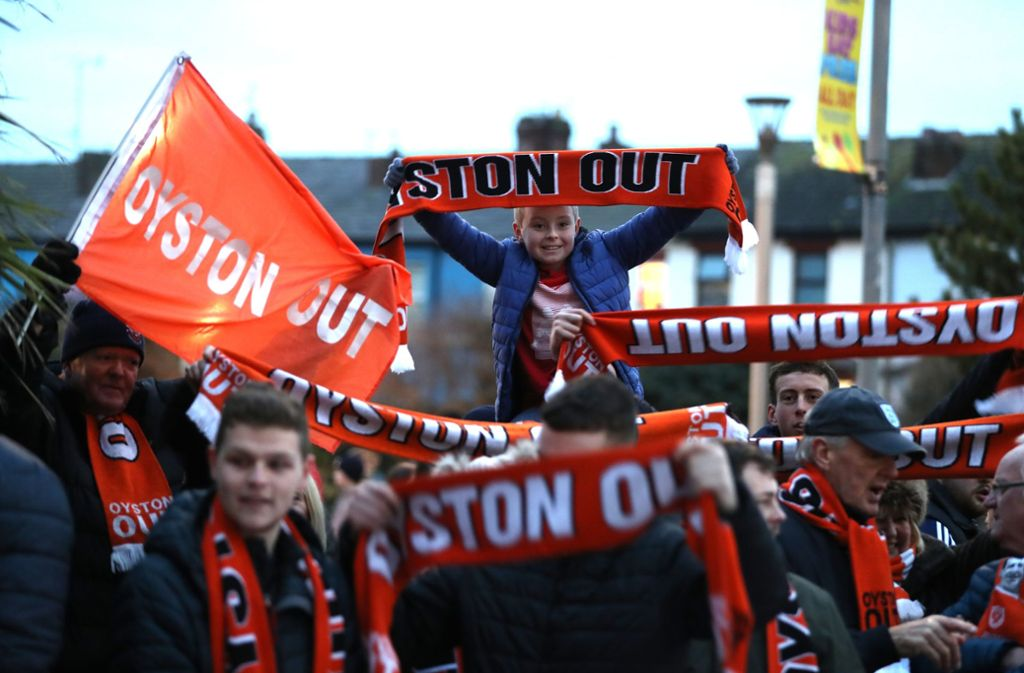 Gemeinsam mit weiteren Blackpool-Anhängern will der Fan mit seiner Aktion gegen den Clubinhaber Owen Oyston protestieren. Foto: Getty Images Europe