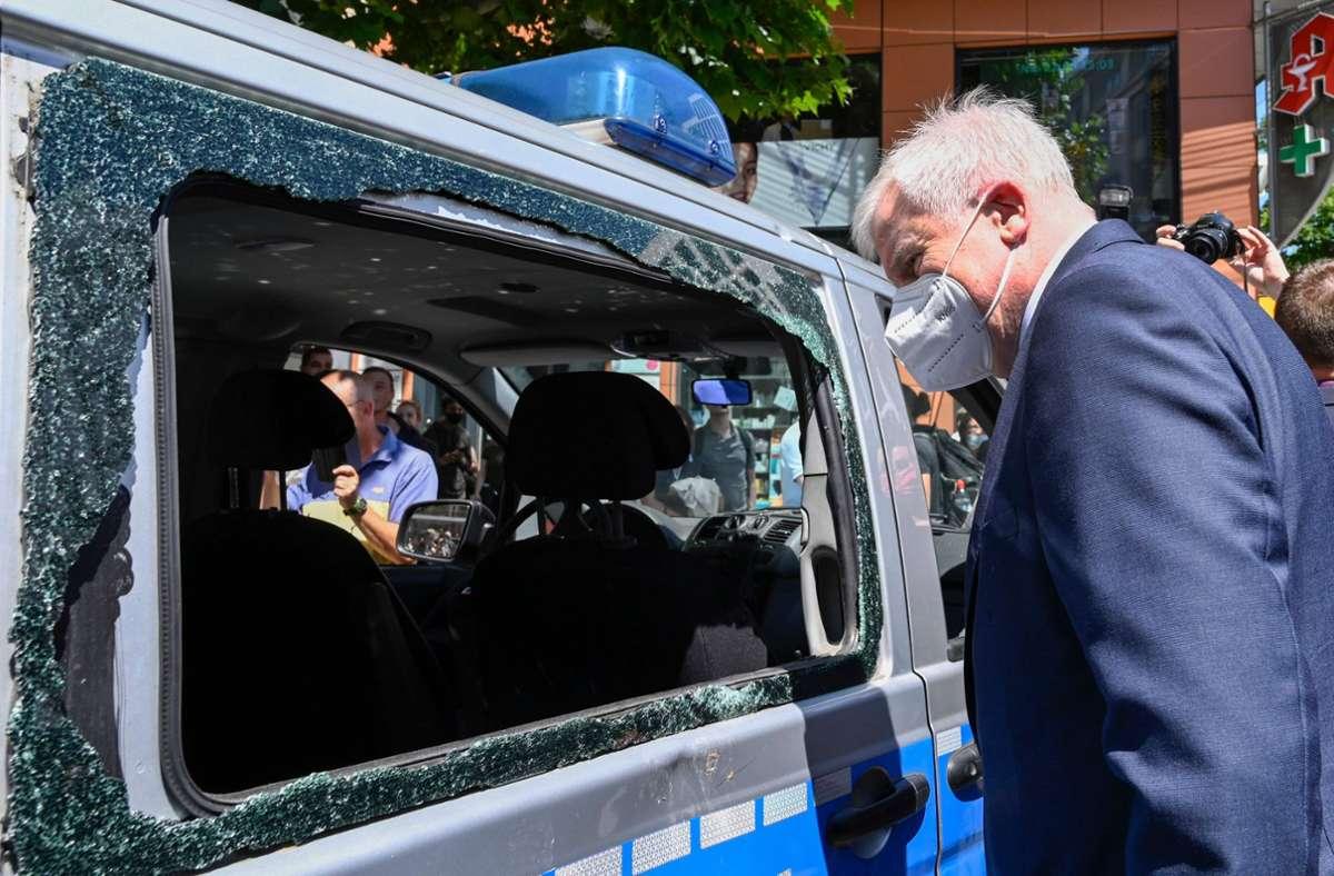 Horst Seehofer macht sich in Stuttgart ein Bild von der Lage. Foto: AFP/THOMAS KIENZLE