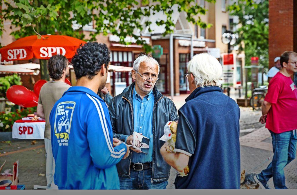 Michael Jantzer im Gespräch mit Wählern am Ostendplatz Foto: Lichtgut/Julian Rettig