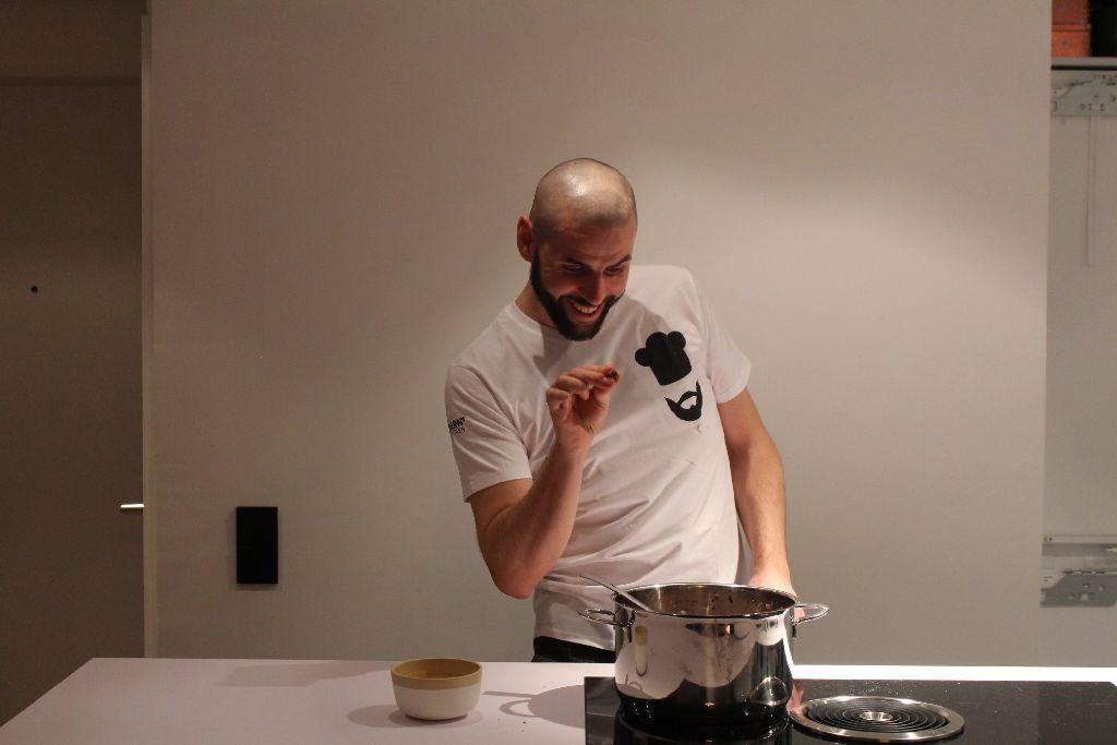 Der Hobby-Foodblogger Bjoern Boltz kocht mit Leidenschaft vegan. Foto: Alla Lukashova