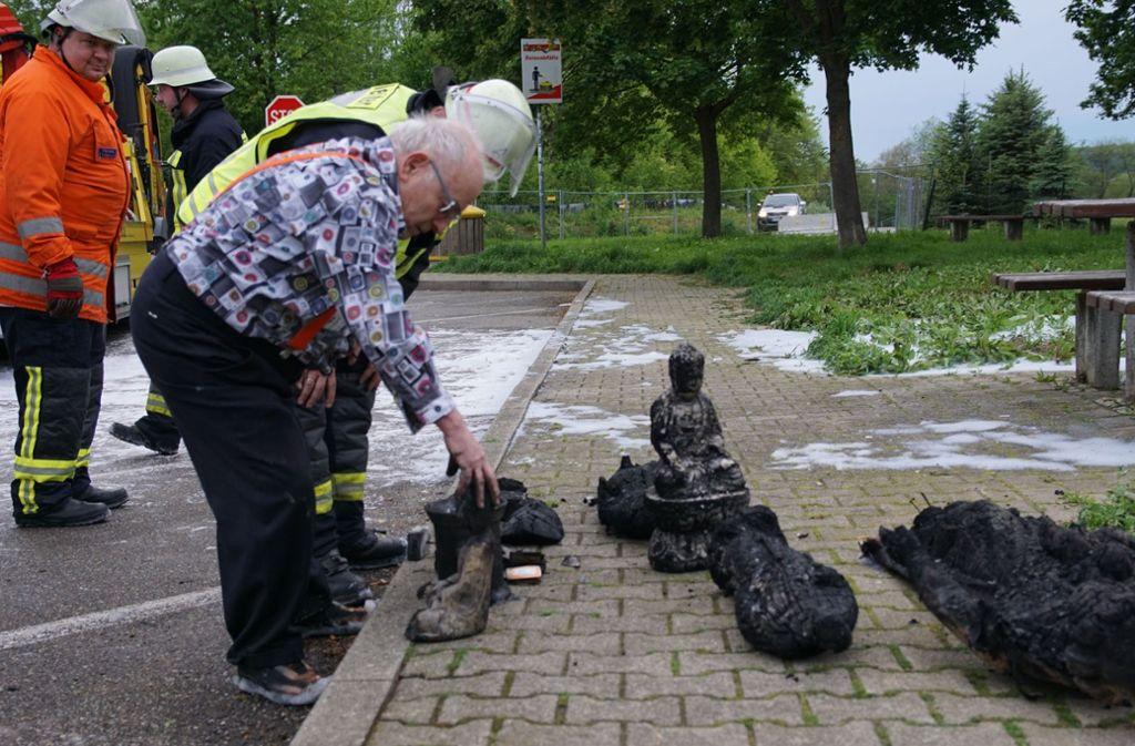 """Ludwig """"Lucki"""" Hofmaier versucht aus seinem abgebrannten Wohnmobil zu retten, was zu retten ist. Foto: SDMG"""