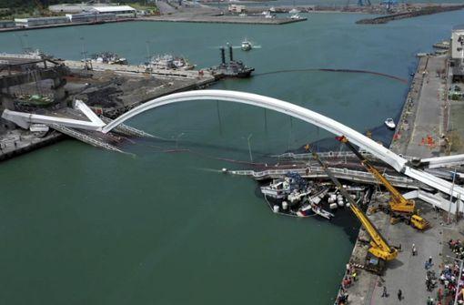 Berühmte Brücke in Taiwan stürzt ein